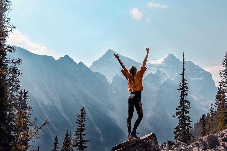 dziewczyna stojąca na skale w górach puzzle