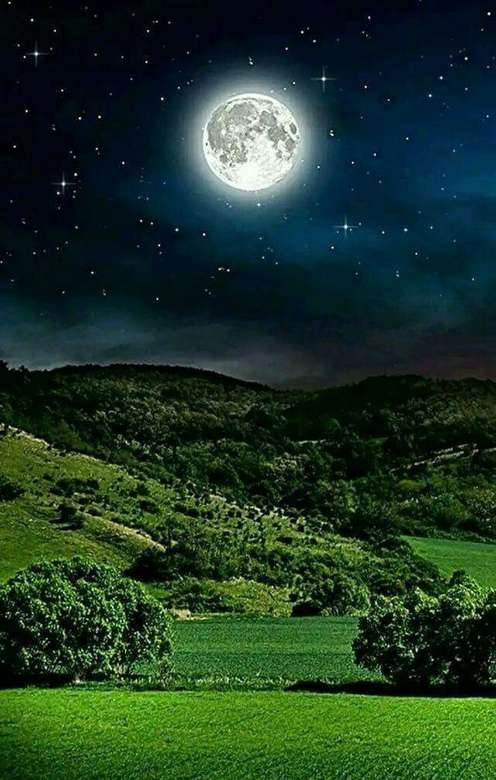 Frumoasă lună plină peste dealuri