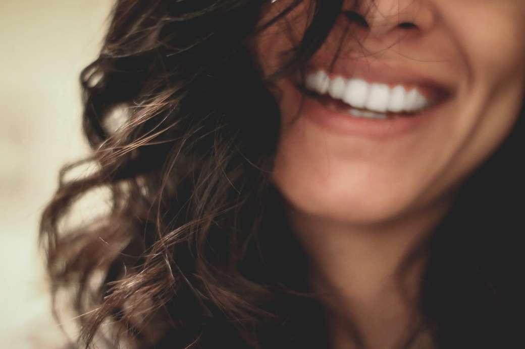 długie czarne włosy kobieta uśmiechnięta fotografia szczegół