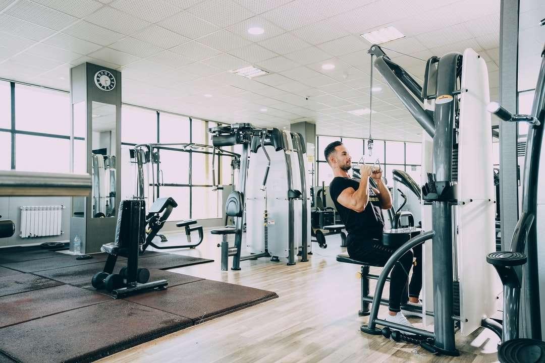 kvinna i svart linne och svarta byxor som tränar
