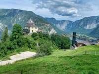 fehér beton épület zöld fák és a hegy közelében