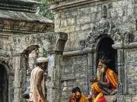 fyra män på ruiner